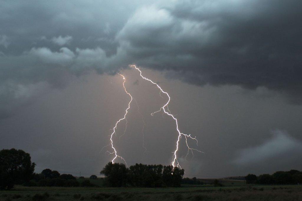 Nachts gebietsweise Regen und Gewitter. 13 bis 6 Grad